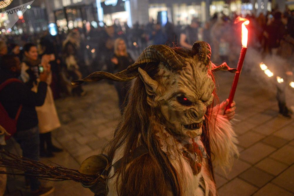 Marcha dos Diabos fantasiada perto de uma feira natalina em Viena