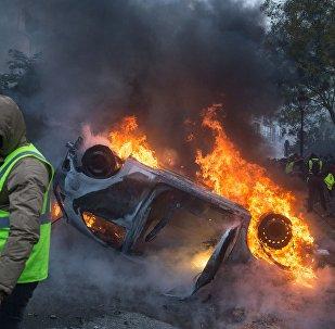 Carro ardendo durante protestos do movimento coletes amarelos em Paris