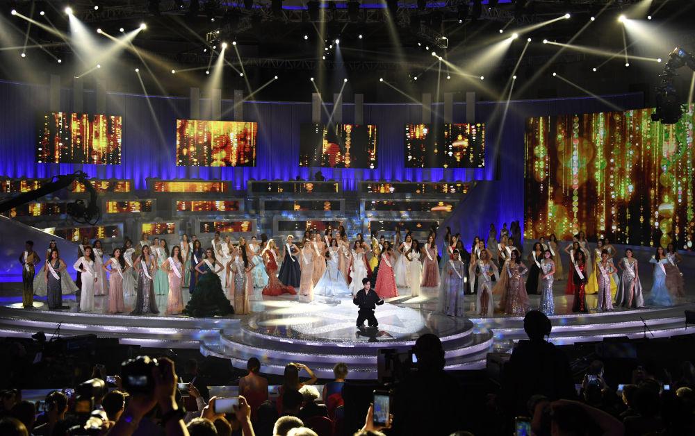 Candidatas com o cantor Dimash Kudaibergen durante a final do concurso Miss Mundo 2018 na China