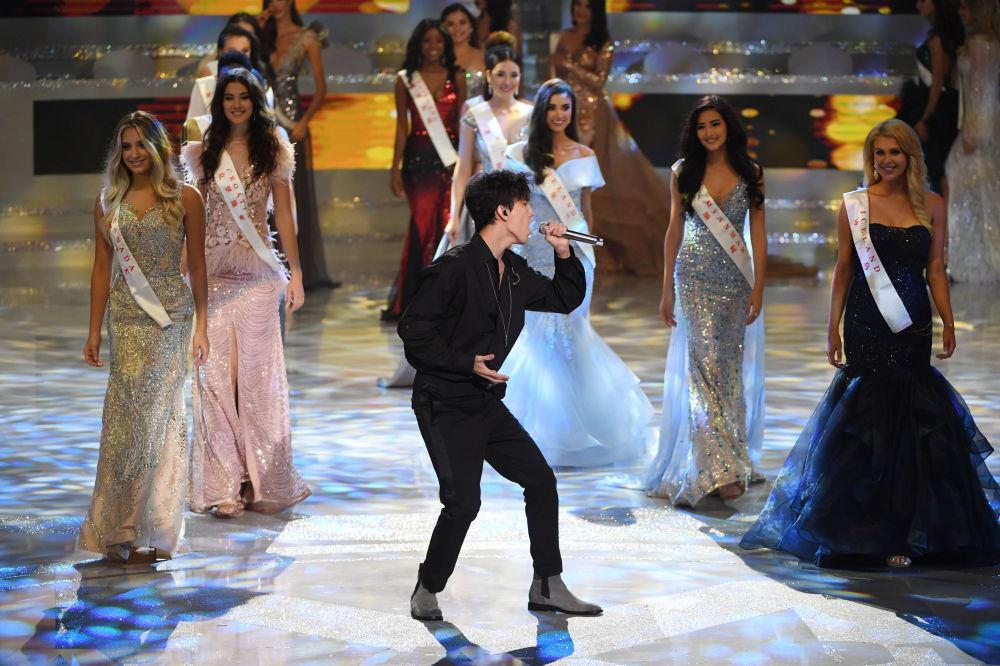 Cantor Dimash Kudaibergen atuando durante a final do concurso Miss Mundo 2018