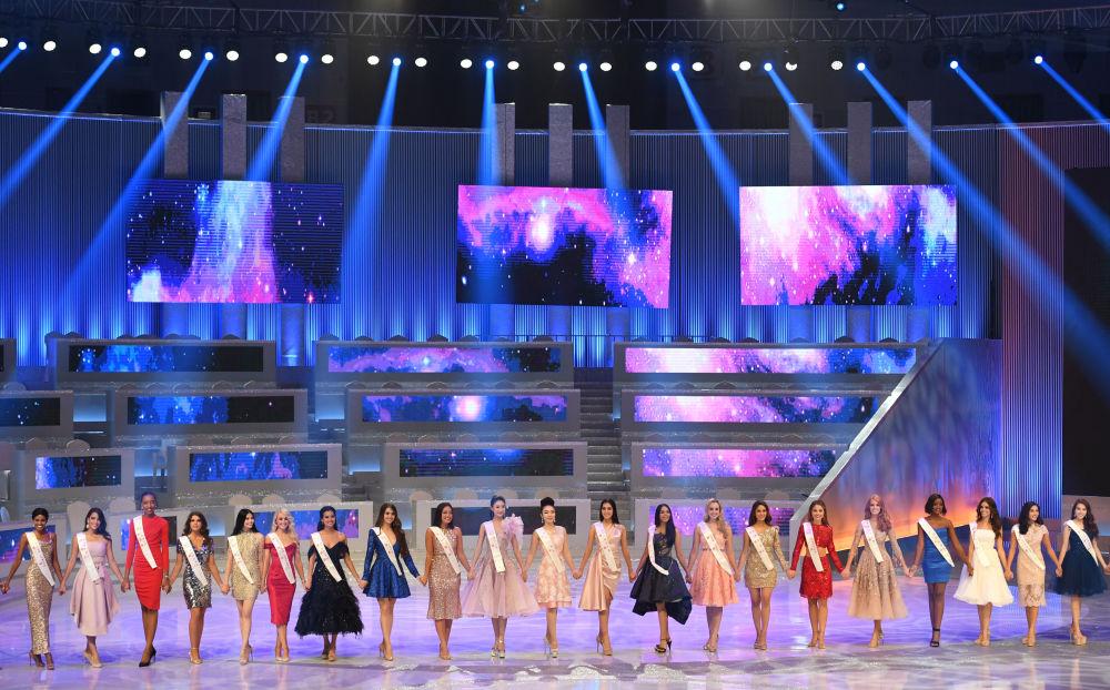 Candidatas desfilam em palco na final do 68º concurso Miss Mundo 2018 na China