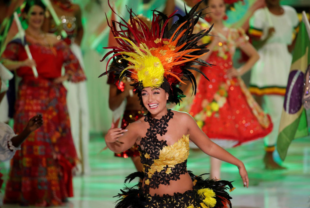 Miss Tailândia, Nicolene Limsnukan, dança na final do concurso Miss Mundo 2018