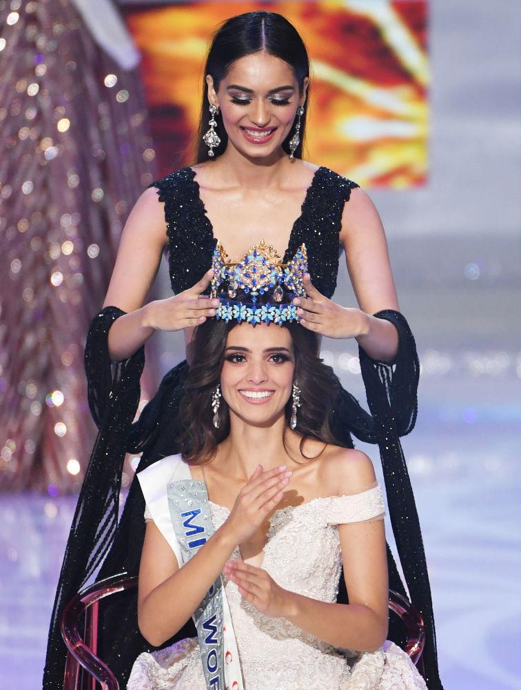 Miss Mundo 2017, Manushi Chhillar, entrega a coroa a Vanessa Ponce de Leon, vencedora do concurso Miss Mundo 2018