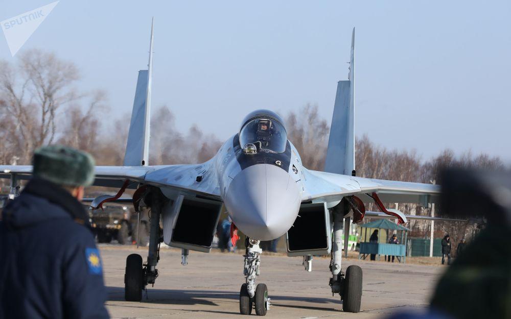 Voos do grupo de acrobacia aérea Sokoly Rossii no âmbito das celebrações dedicadas aos cem anos da fundação do regimento de aviação de combate da Força Aérea russa e da Defesa Aérea do Distrito Militar Oriental