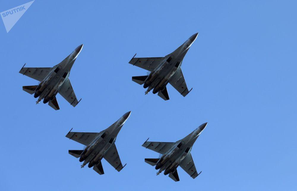 Caças russos Su-35S realizam voos no âmbito das celebrações dedicadas aos cem anos da formação do regimento de aviação de combate da Força Aérea russa e da Defesa Aérea do Distrito Militar Oriental