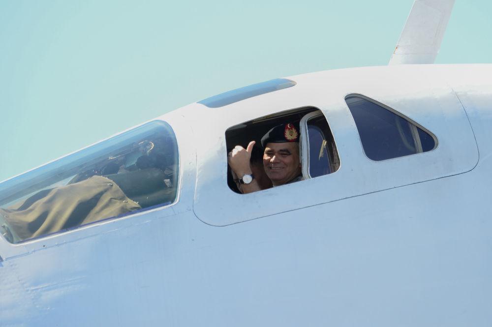 Ministro da Defesa da Venezuela, Vladimir Padrino López, na cabine do bombardeiro Tu-160