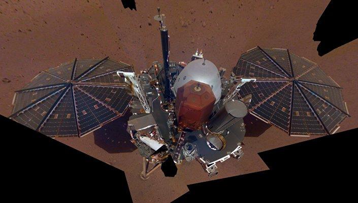 A sonda marciana InSight tira selfie com um câmera instalada no braço robótico