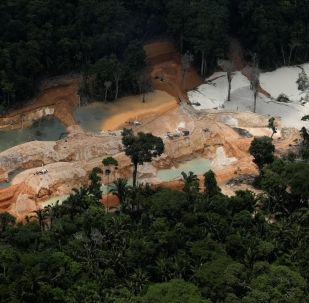 Mina de cassiterita ilegal é vista durante operação conduzida por agentes do Instituto Brasileiro do Meio Ambiente e dos Recursos Naturais Renováveis (Ibama), perto do município de Novo Progresso, sudeste do estado do Pará, Brasil, em 4 de novembro de 2018