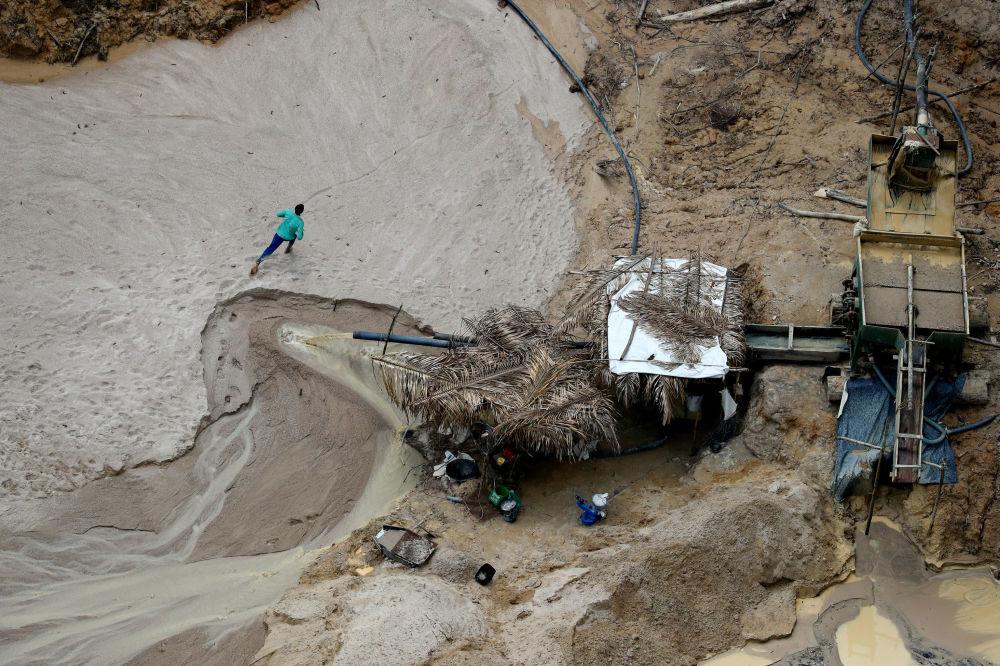 Mineiro correndo em mina ilegal de cassiterita, que fica perto do município de Novo Progresso (no estado do Pará), durante operação de verificação do Ibama