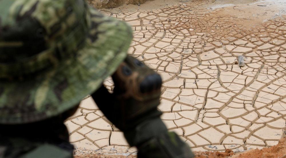 Agente especial do Ibama patrulhando uma mina ilegal de cassiterita no sudeste do Pará, Brasil, 4 de novembro de 2018