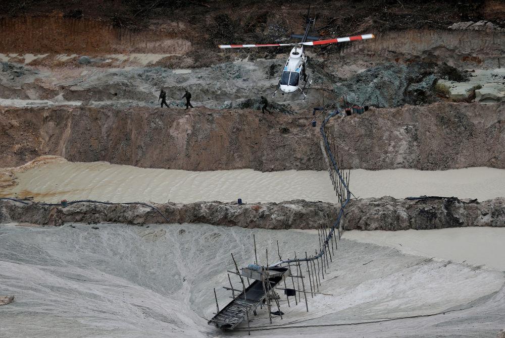 Inspetores especializados sobrevoam de helicóptero uma mina de ouro ilegal, durante operação do Ibama, localizada no município de Novo Progresso, no estado do Pará