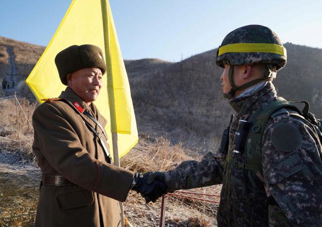 Soldados das duas Coreias cruzam fronteira pela primeira vez para verificar o desmantelamento de postos militares