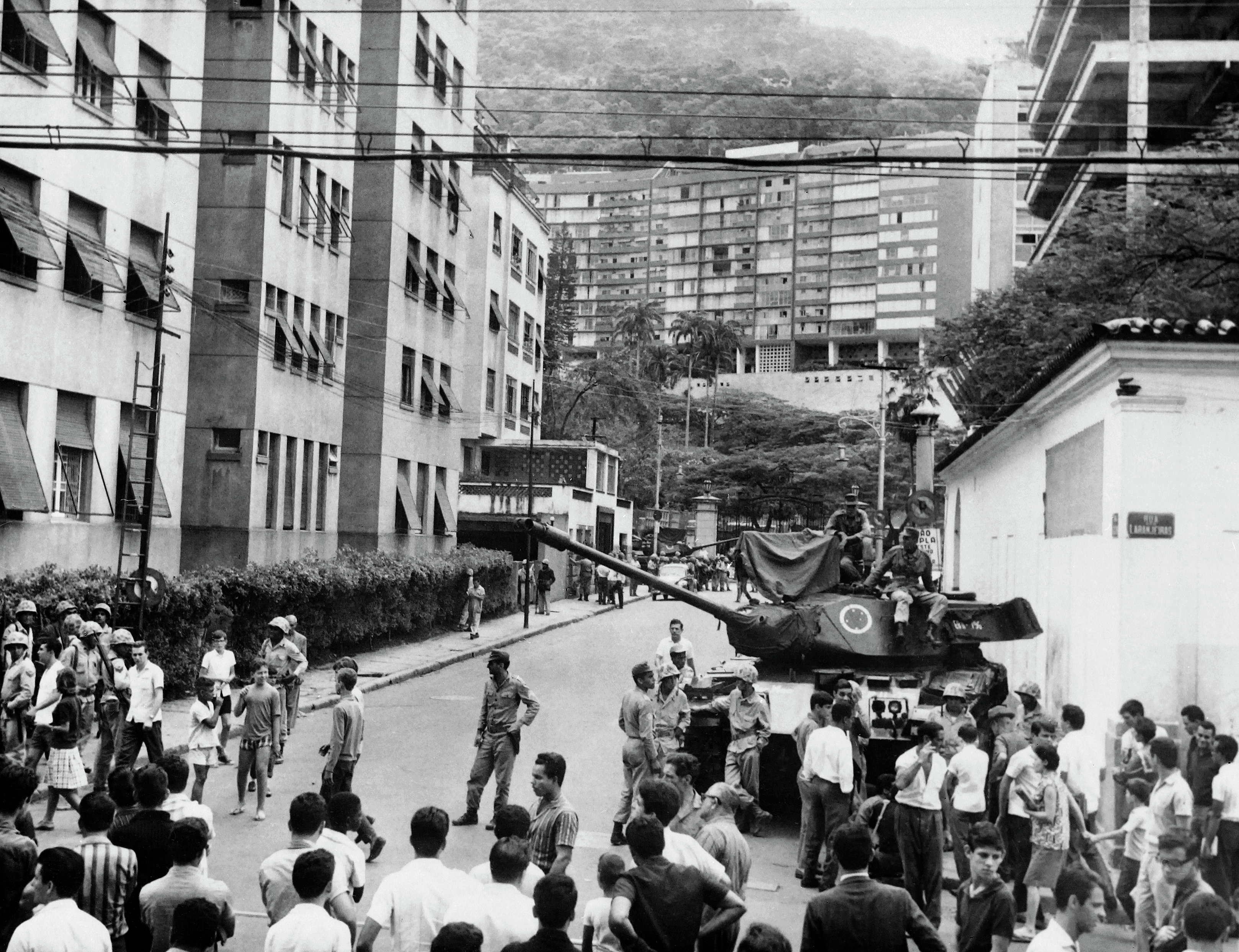 Tanque estacionado na frente do Palácio das Laranjeiras em 1° de abril de 1964.