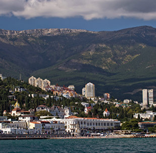 Crimeia, Rússia. Vista de Yalta a partir do mar Negro