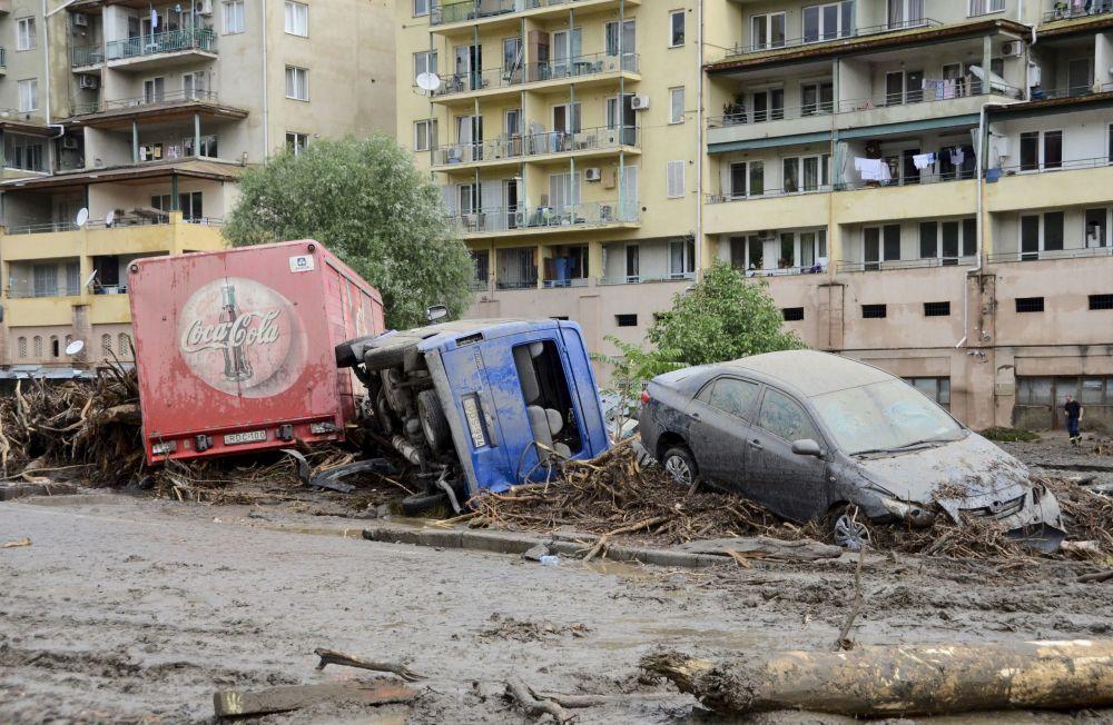 Carros danificados após inundação em Tbilisi