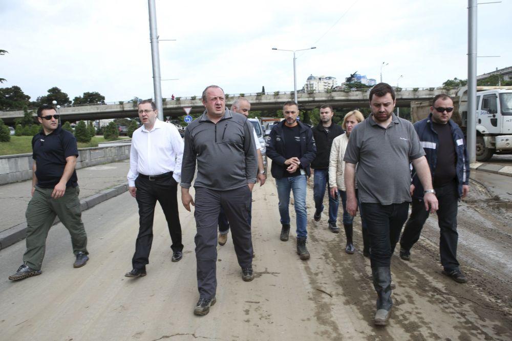 O presidente da Geórgia, Georgy Margvelashvili (terceiro da esquerda) observa as áreas alagadas em Tbilisi, em 14 de junho