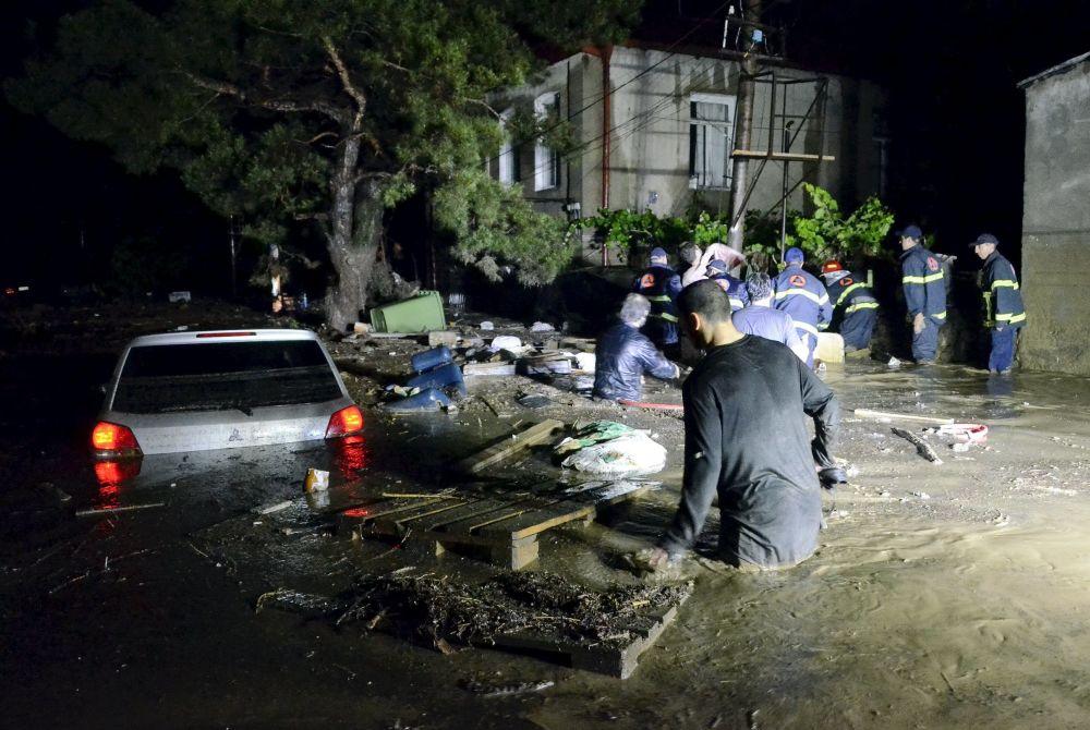 Socorristas e moradores nas ruas alagadas de Tbilisi