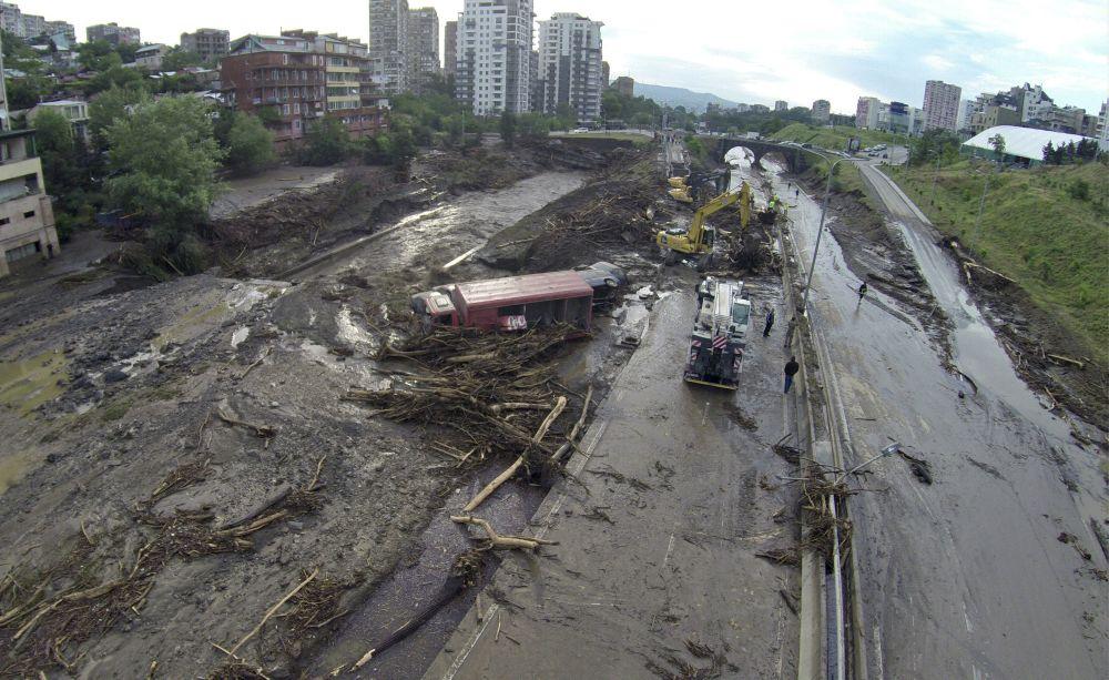 Equipes de resgate realizam operação de busca na capital da Geórgia em 14 de junho