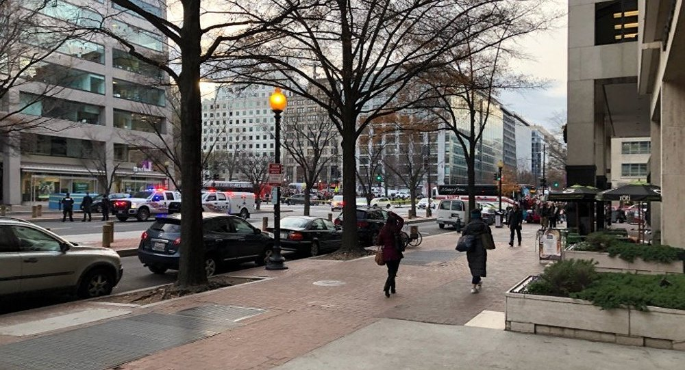 Polícia bloquea a 16º St NW em Washington DC devido a uma ameaça de bomba