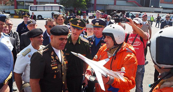 O ministro da Defesa da Venezuela, Vladimir Padrino López, com os pilotos do avião russo Tu-160