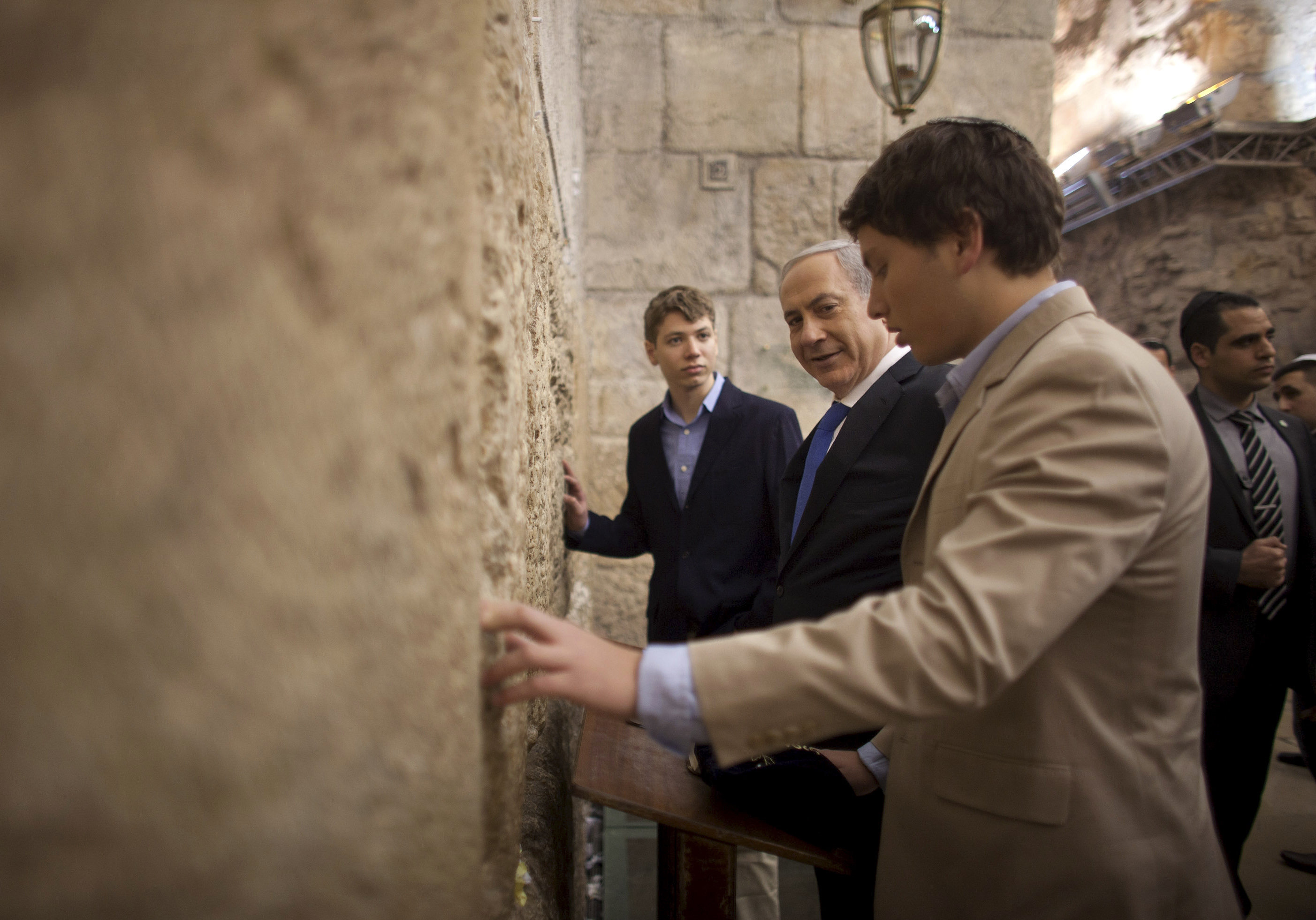Primeiro-ministro israelense Benjamin Netanyahu, ao centro, reza com seus filhos Yair e Avner