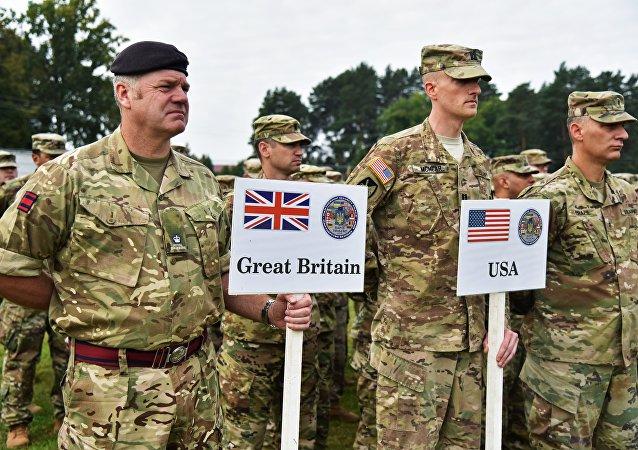 Militares americanos e britânicos durante as manobras internacionais Rapid Trident 2018 na Ucrânia