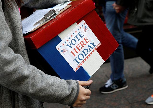 Um voluntário de eleição segura uma caixa fora da Trump Tower no bairro de Manhattan de Nova York (arquivo)