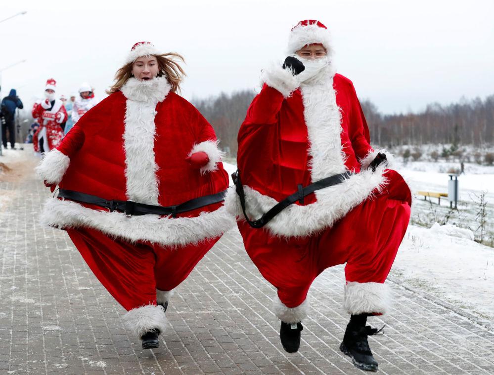 Bielorrussos vestidos de Papai Noel participam de corrida em torno de um lago em Minsk, Bielorrússia, 15 de dezembro de 2018
