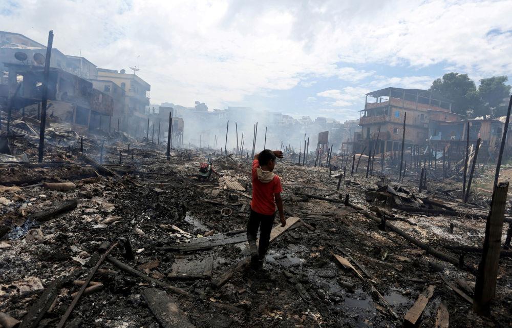 Morador fotografado após incêndio no bairro de Educandos, na cidade de Manaus, Brasil, 18 de dezembro de 2018