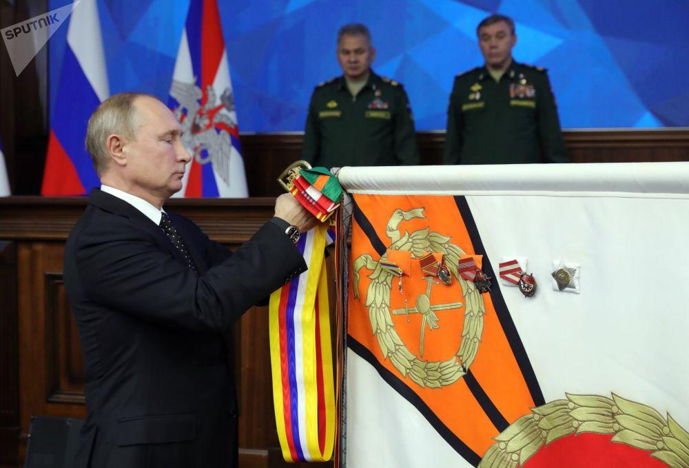 Presidente russo Vladimir Putin na cerimônia de adjudicação do Distrito Militar do Leste em reunião do conselho do Ministério da Defesa da Rússia