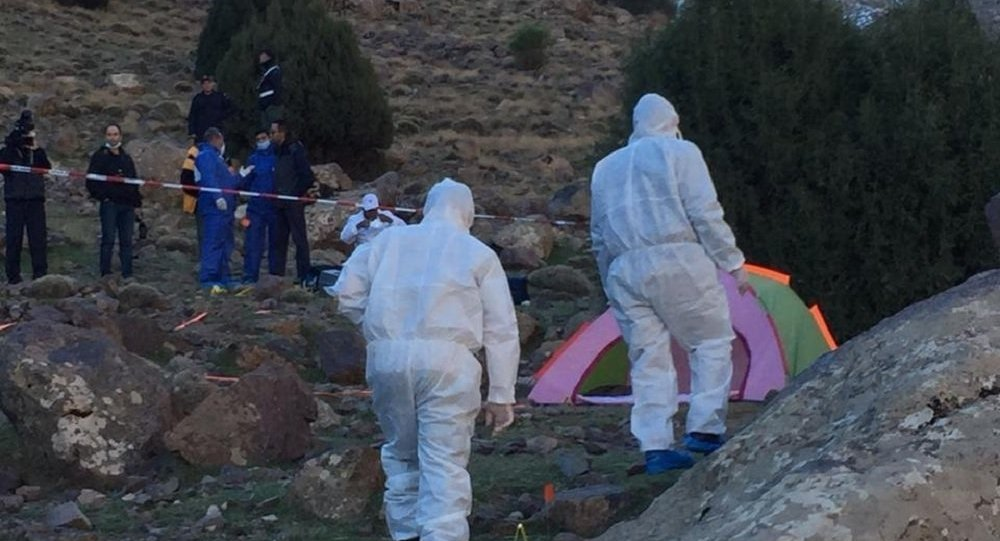 Nesta foto fornecida pelo canal de notícias marroquino 2M, uma equipe forense é vista na área onde duas mulheres escandinavas foram encontradas mortas, perto de Imlil nas montanhas do Alto Atlas, Marrocos