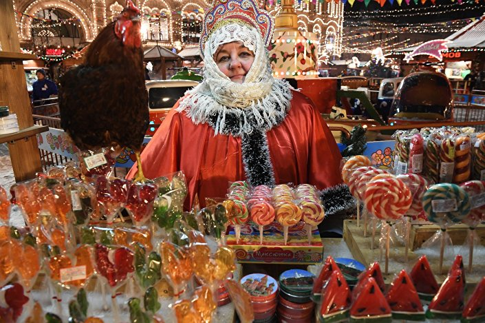 Vendedora de pirulitos na feira tradicional na Praça Vermelha
