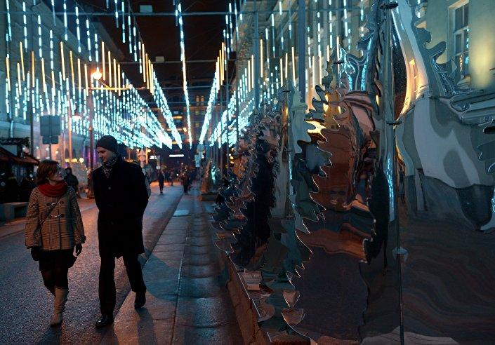Instalação de espelhos na rua Bolshaya Dmitrovka, Moscou