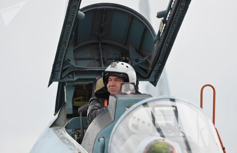 Piloto na cabina de um caça Su-30M2 no aeródromo de Belbek, perto de Sevastopol