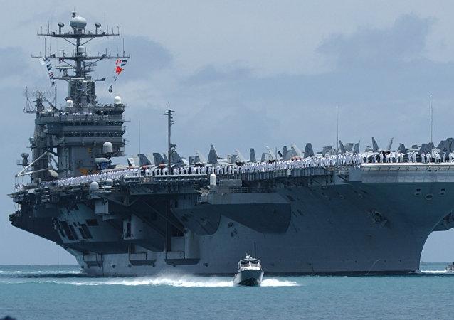 O USS John C. Stennis em Pear Harbor, Havaí.