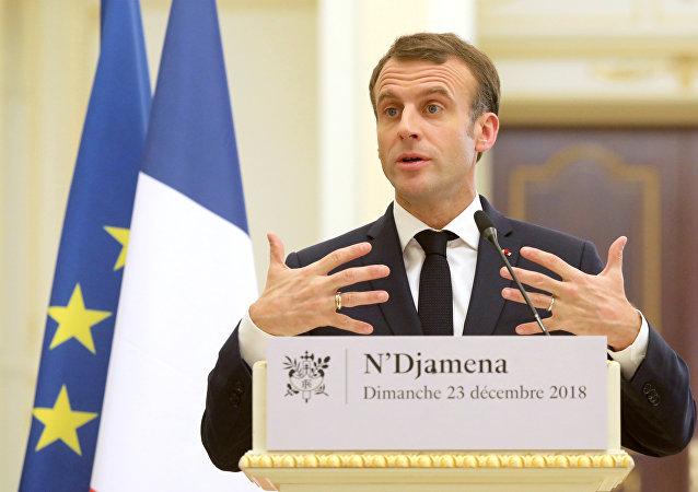 O presidente da França, Emmanuel Macron, durante uma coletiva de imprensa no palácio presidencial de N'Djamena, no Chade em 23 de dezembro de 2018, ao lado do presidente chadiano Idriss Déby