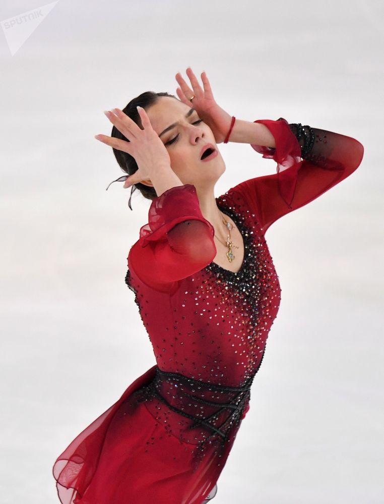 Yevgenia Medvedeva se apresenta no programa de patinação livre no Campeonato Russo de Patinação Artística no Gelo, na cidade russa de Saransk
