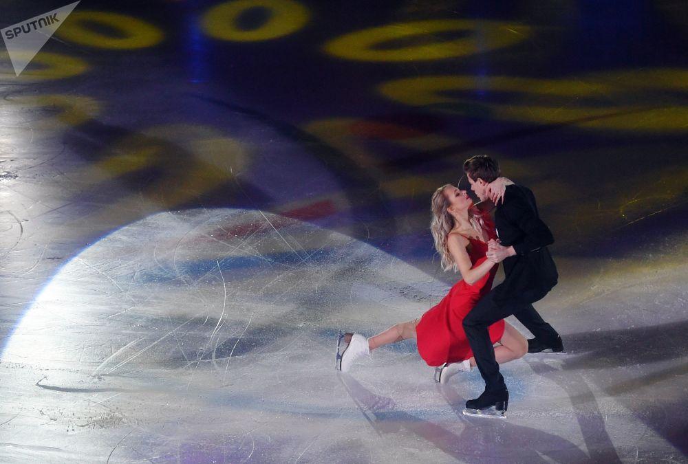 Dançarinos de gelo, Viktoria Sinitsina e Nikita Katsalapov, apresentam-se em concurso de patinação no gelo em Saransk, Rússia