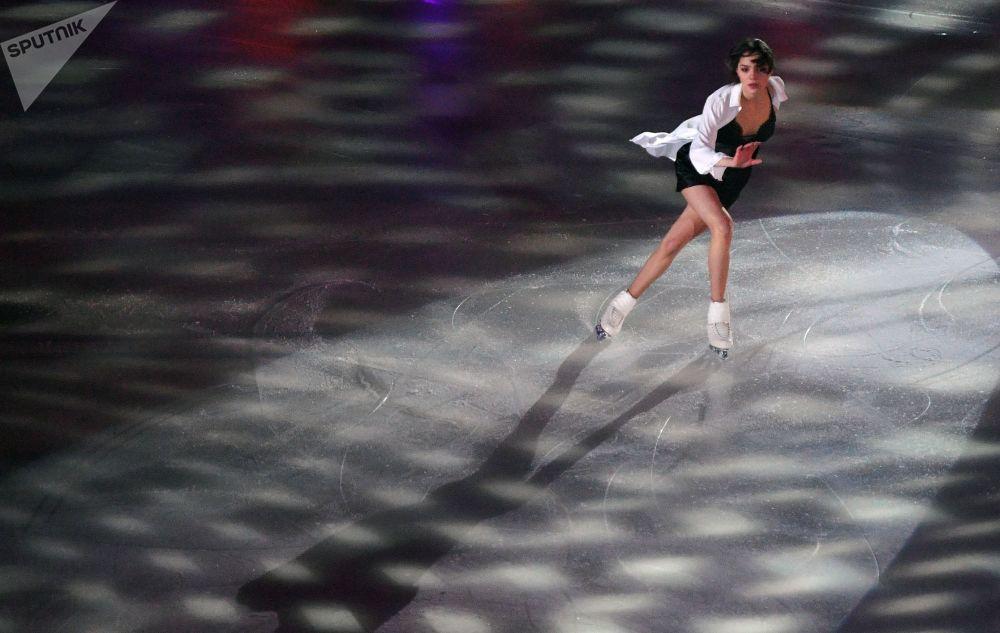 Dançarina de gelo, Yevgenia Medvedeva, apresenta-se no Campeonato Russo de Patinação Artística no Gelo, na cidade russa de Saransk