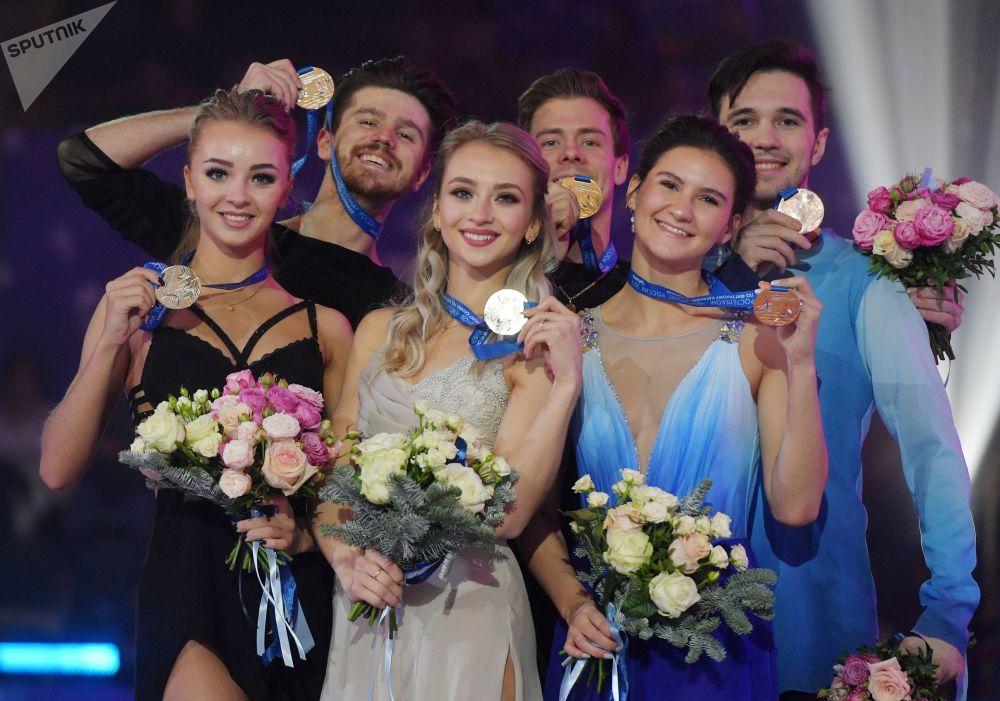 Patinadores do gelo russos posam para foto e mostram suas medalhas do Campeonato Russo de Patinação Artística no Gelo, na cidade russa de Saransk