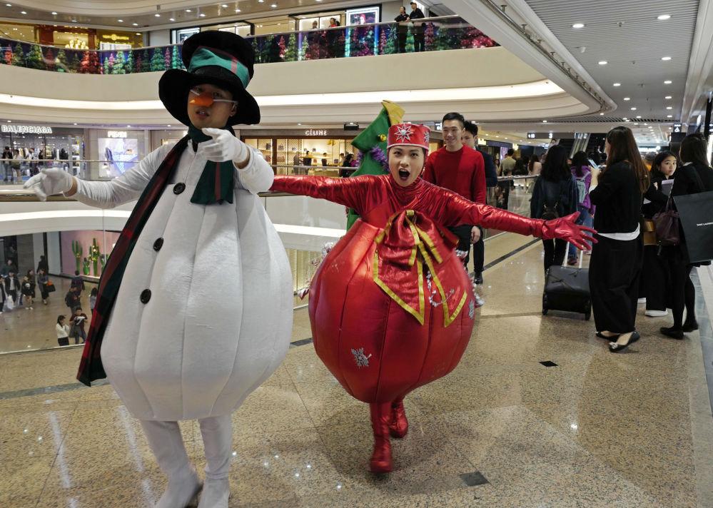 Pessoas vestidas de personagens de Natal se apresentam em shopping center em Hong Kong, China, 24 de dezembro de 2018