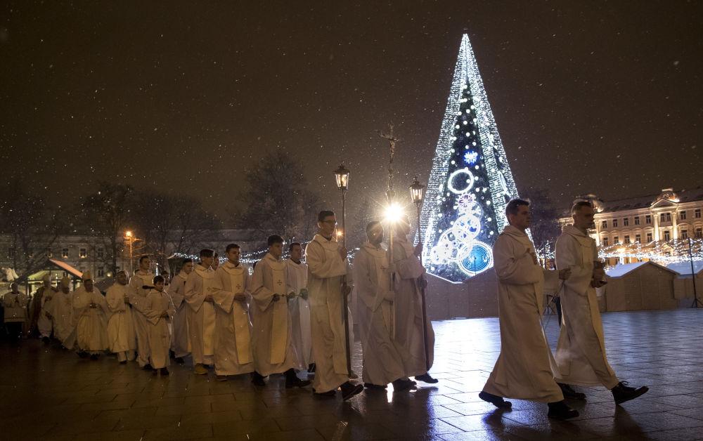 Clérigos durante a missa de Natal na Lituânia, em 24 de dezembro de 2018