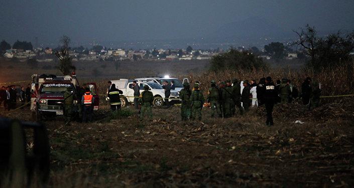 Equipes de resgate trabalham no local da queda do helicóptero em que viajava a governadora de Puebla, Martha Erika Alonso, e o ex-governador e senador do mesmo estado central do México, Rafael Moreno Valle, 24 de dezembro de 2018