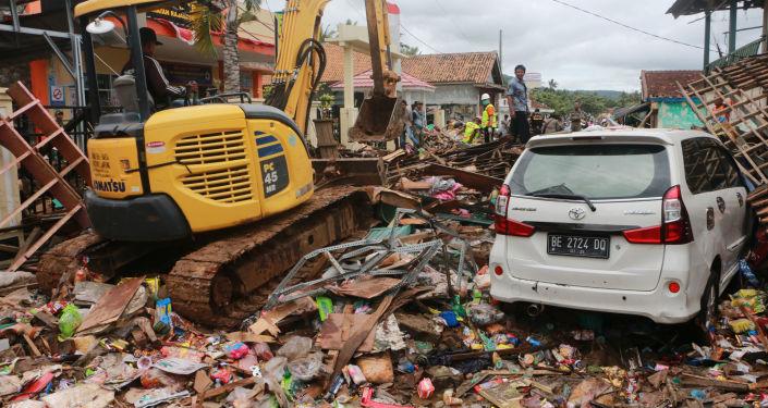 Equipe de resgate procura por sobreviventes após tsunami na ilha de Sumatra, Indonésia, 22 de dezembro de 2018