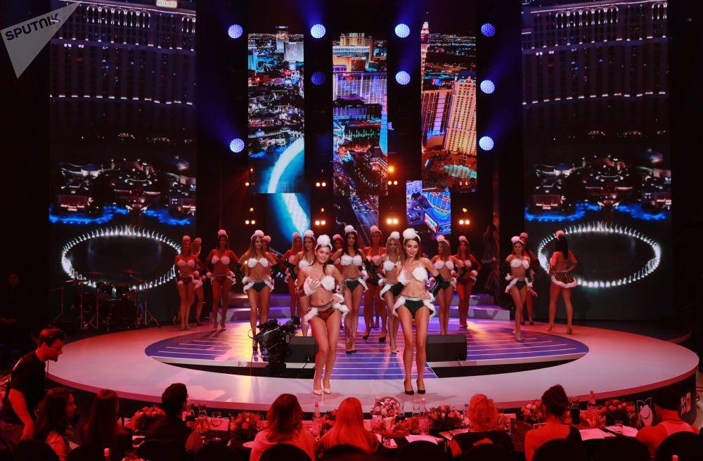 Participantes russas se apresentam durante competição de beleza Miss Moscou 2018, realizada na capital da Rússia, Moscou, em 24 de dezembro de 2018