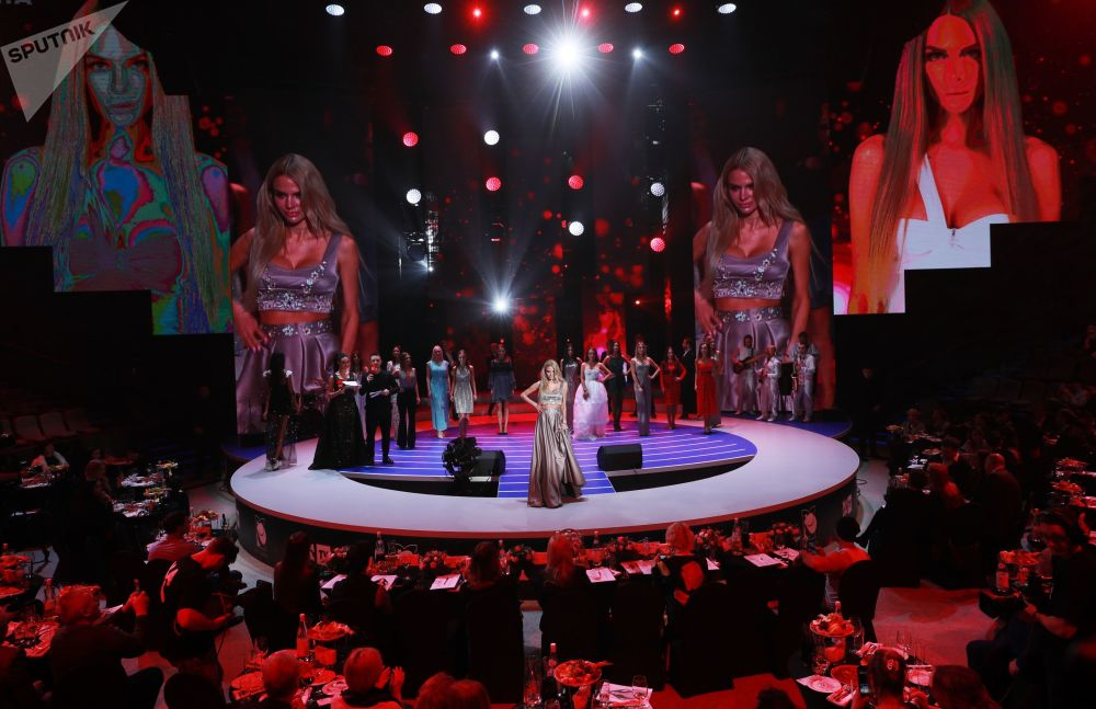 Participantes russas do concurso de beleza Miss Moscou 2018, realizado na capital da Rússia, apresentam-se no palco