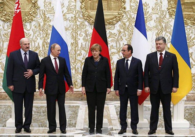 Alexander Lukashenko (E-D), presidente da Bielorrússia, Vladimir Putin, presidente da Rússia, Angela Merkel, chanceler da Alemanha, François Hollande, presidente da França, e Pyotr Poroshenko, presidente da Ucrânia