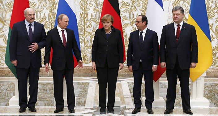 Alexander Lukashenko (E-D), presidente da Bielorrússia, Vladimir Putin, presidente da Rússia, Pyotr Poroshenko, presidente da Ucrânia, Angela Merkel, chanceler da Alemanha, e François Hollande, presidente da França