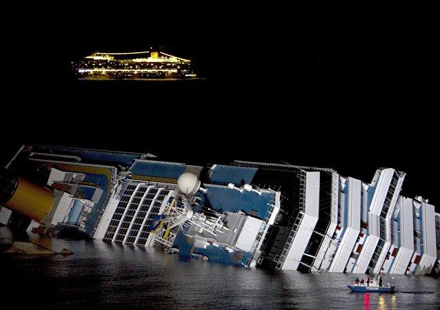 Imagem do navio de cruzeiro Costa Concordia naufragado na Itália