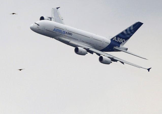 Um Airbus А380 faz apresentação em Le Bourget